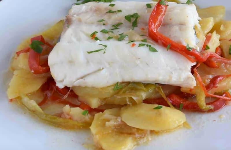 receta de bacalao al horno con patatas cebolla y pimientos